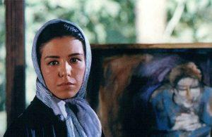 عکس با حجاب شبنم طلوعی با یک تابلوی نقاشی