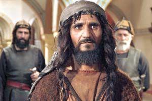 اکبر سلطان علی در نقش رستم غلام شمر با گیس هایی بلند و گریم