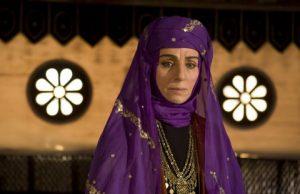 مریم بوبانی در نقش همسر زهیر بن قین با لباس بنفش و گریم مختارنامه