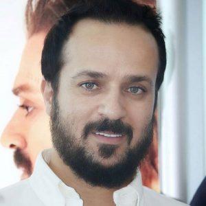 احمد مهرانفر باپیراهن سفید و چشمان رنگی اش