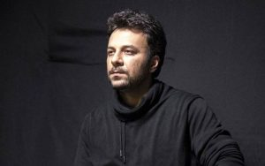 تیپ مشکی حسام منظور در صحنه ای از تئاتر