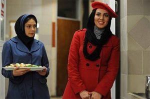 لیلا بلوکاتبا پالتو و کلاه قرمز و دیبا زاهدی با لباس آبی در فیلم پنج ستاره