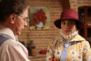 دیبا زاهدی در سریال بوم و بانو با گریم و لباس دوره ی پهلوی و کلاه زرشکی