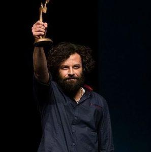 حسام منظور در زمان دریافت جایزه برای نمایش اودیسه