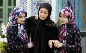 سارا و نیکا در کنار نسرین نصرتی در سریال پایتخت