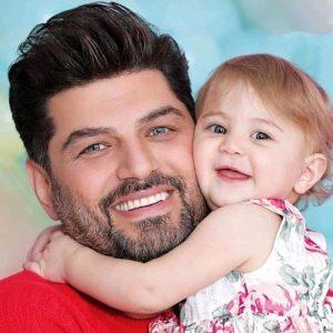 عکس پرتره سام درخشانی و دخترش در اغوشش