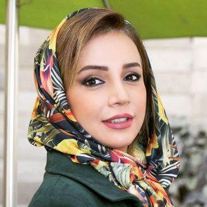 شبنم قلی خانی با مانتو سبز و روسری طرح دار