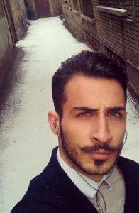 سلفی مهران ضیغمی در یک کوچه قدیمی در یک روز برفی