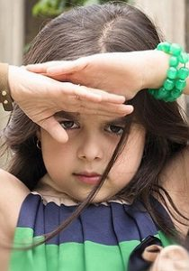 پرتره ترنم کرمانیان با لباس و دستبند سبز