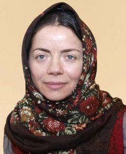 مهتاب نصیرپور با روسری ترکمن