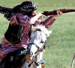 الهام چرخنده با لباس بختیاری و تفنگ روی اسب