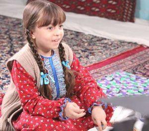 همراز اکبری زاده بازیگر نقش طوبی با لباس قرمز