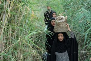 صحنه ای از فیلم نجلا با حضور آزیتا حاجیان در بین نیزار های آبادان - سریال نجلا