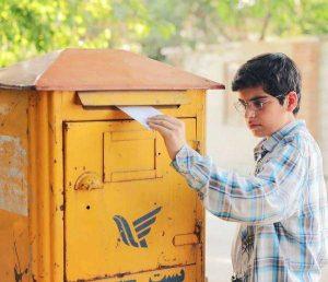 مانی رحمانی در سریال بچه مهندس در حال انداختن نامه در صندوق پستی