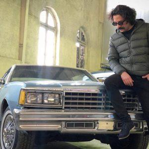 حسام منظور و یک ماشین قدیمی
