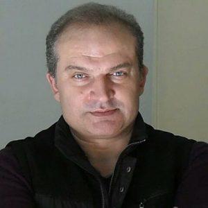 مهدی سلطانی با کاپشن مشکی رنگ