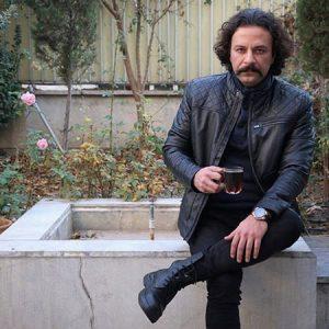 تیپ چرم مشکی حسام منظور در حال خوردن چایی