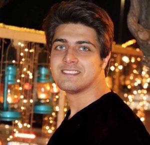 پرتره علی مسلمی با لباس مشکی و چشمان زیبایش