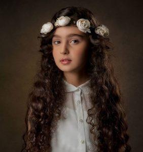 عکس مانیا علیجانی با لباس و تاج گل سفید