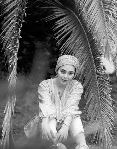 عکس سیاه و سفید دیبا زاهدی در نخلستان