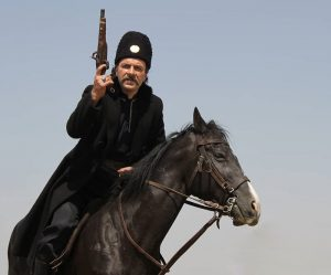 حسام منظور روی اسب در صحنه ای از فیلم بانوی عمارت