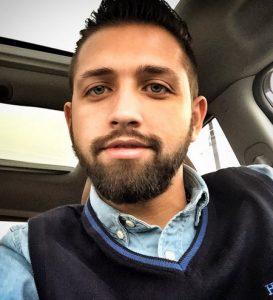 سلفی محسن افشانی در یک ماشین با لباس ابی رنگش