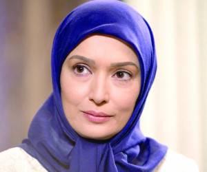 آتنه فقیه نصیری با روسری آبی و مانتو سفید