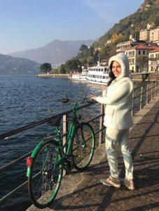 تیپ سفید الناز شاکردوست با دوچرخه اش در خارج از کشور