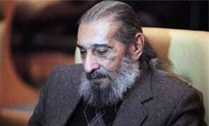 انوشیروان ارجمند با پالتو خاکستری و پیراهن مشکی