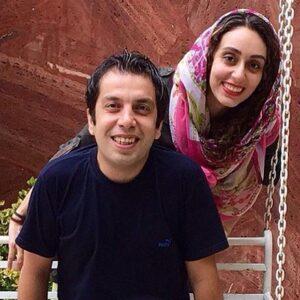 عباس جمشیدی فر با تیشرت مشکی روی تاب و همسرش