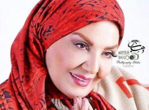 زهره حمیدی با روسری قرمز