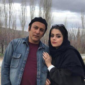 حمیدرضا آذرنگ با تیشرت قرمز و پیراهن لی و همسرش ساناز بیان