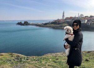 تیپ زمستانی مشکی خاطره اسدی و سگ در خارج از کشور