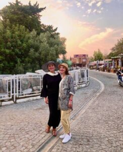 عکسی از لاله اسکندری با لباس مشکی و خواهرش در خارج از کشور