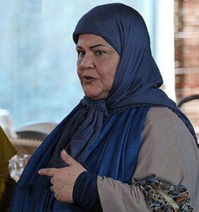 عکس پروين قائم مقامي در سکانسی از فیلم با روسری آبی