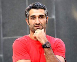 پژمان جمشیدی با تیشرت قرمز از بازیگران مرد قد بلند ایرانی