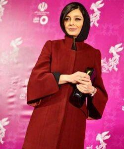 ساره بیات با پالتو زرشکی و روسری مشکی