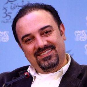 برزو ارجمند با پیراهن سفید و کت قهوه ای در جشنواره فیلم فجر