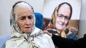 تصویری از ملکه رنجبر با لباس سفید و روسری سفید
