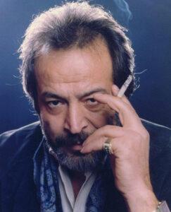 ایرج قادری در حال کشیدن سیگار