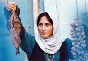 سوسن تسلیمی با لباس سنتی شمالی و ماهی و سیر در دستش