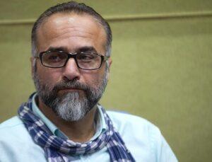 حمید ابراهیمی با پیراهن سفید و شال گردن