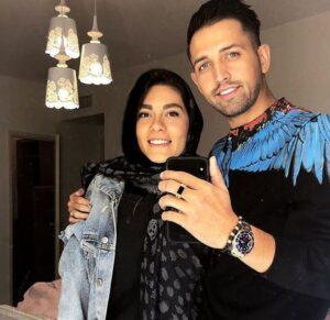 محسن افشانی با لباس اسپرت مشکی و همسرش