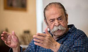 عکسی از محمدعلی کشاورز با پیراهن چهارخانه ابی