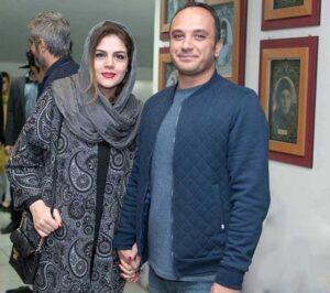 تیپ آبی احسان کرمی با کاپشن در کنار همسرش