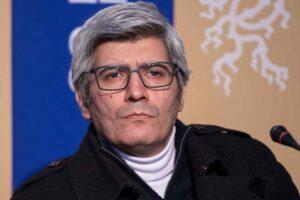 احمد ساعتچیان با پالتو مشکی و یقه اسکی سفید