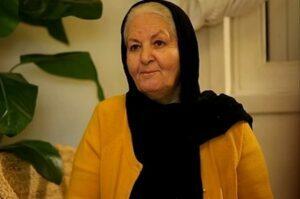 مینا جعفرزاده با لباس زرد و روسری مشکی