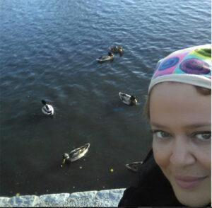 سلفی بهاره رهنما با اردک های رودخانه