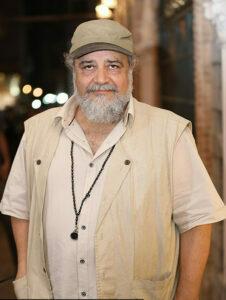 عکس محمدرضا شریفی نیا با کلاه و لباس سفید