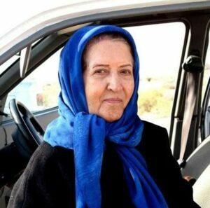 تصویر پروین ملکی با لباس مشکی و روسری ابی